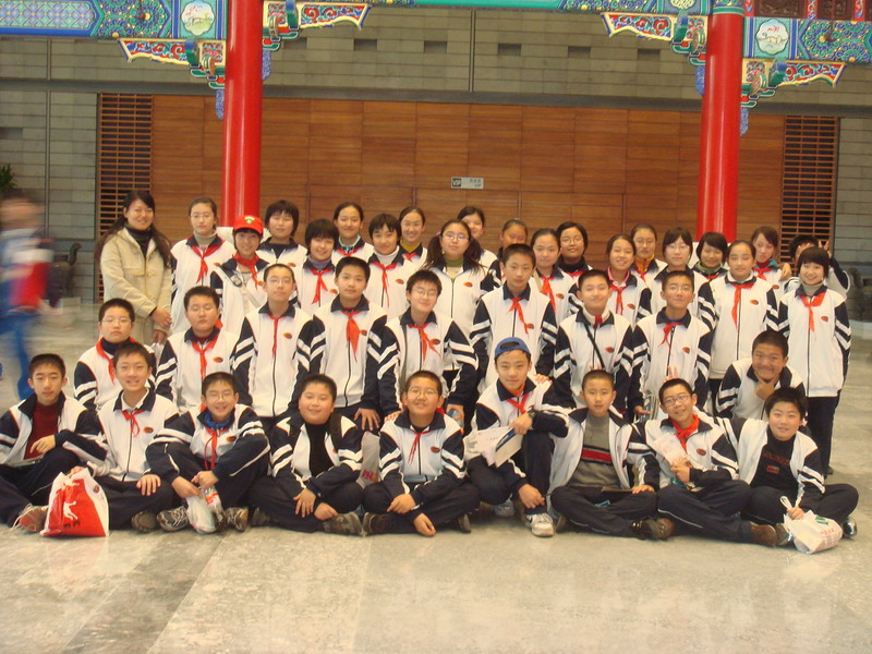 北京十二中团委组织初一年级少先队员到首都博物馆进行参观