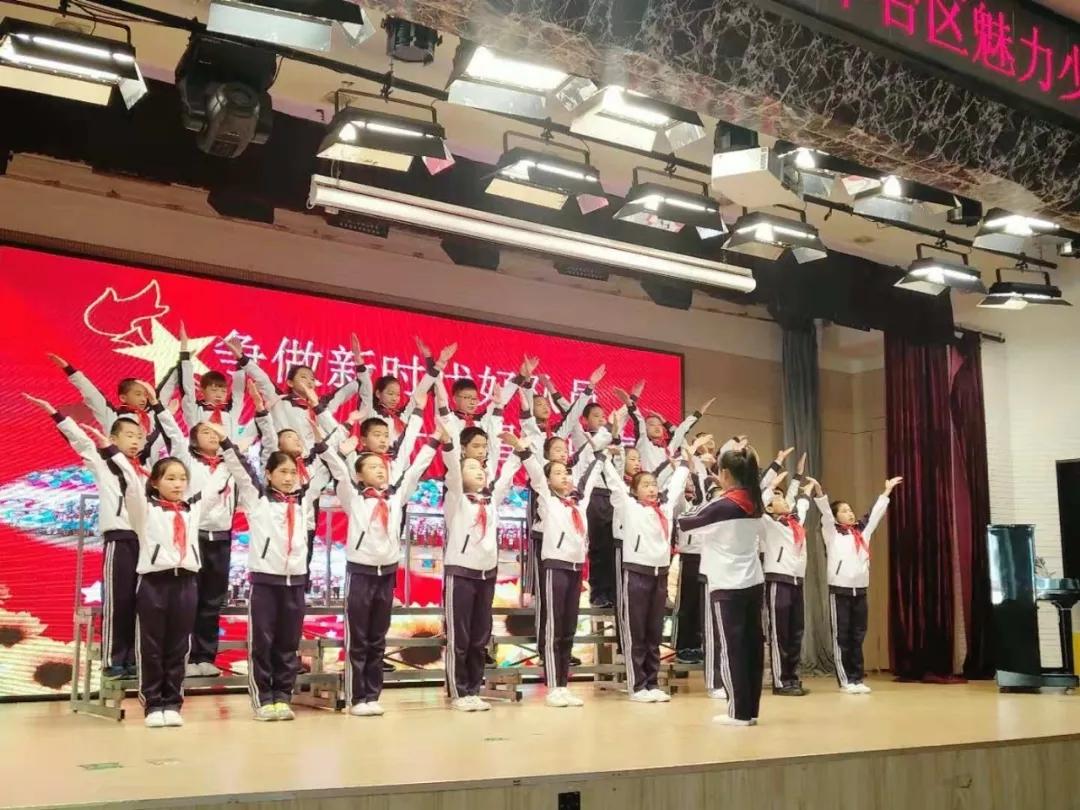 少先队员们戴着红领巾唱响了中国梦
