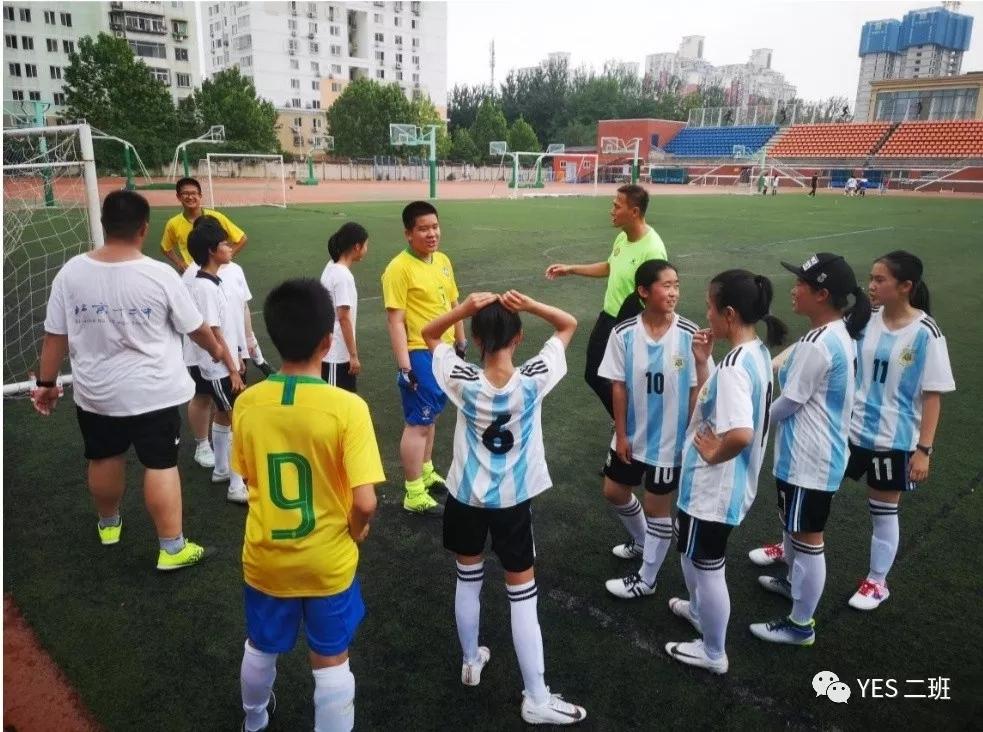 初一(2)班第一次雨中足球训练课
